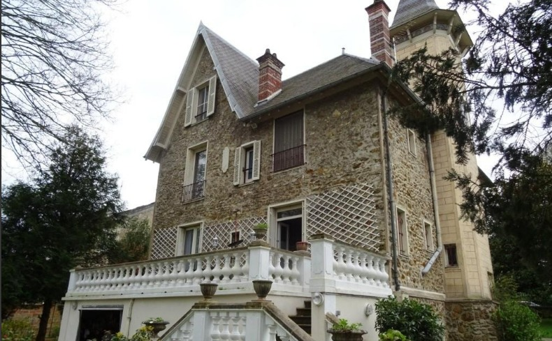 Large house for restoration, near Paris