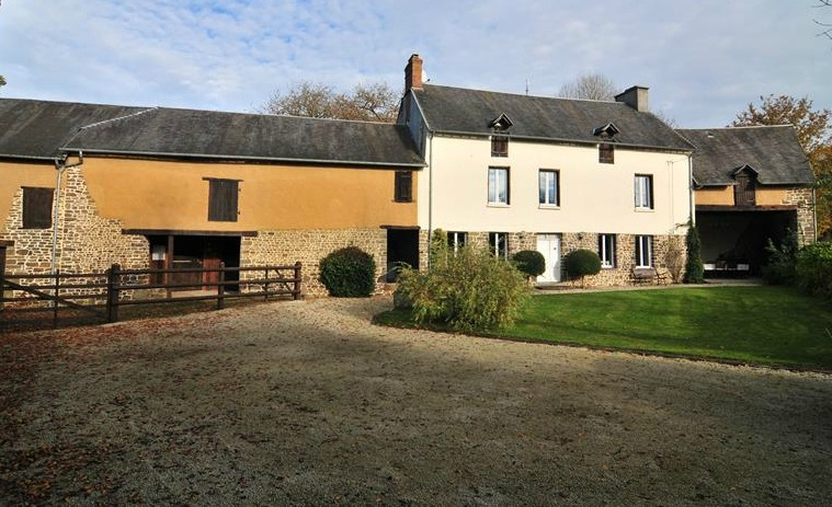 Superb property near Saint-Lô, with nearly 7 acres and outbuildings