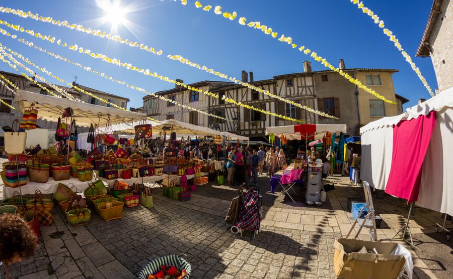The bustling market of Eymet. carlos martin diaz / Shutterstock.com