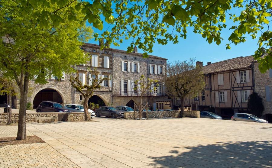 The Places des Arcades in Monflanquin. chrisatpps / Shutterstock.com