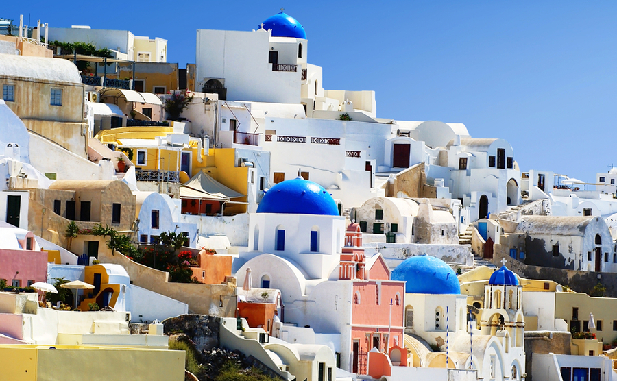 For foreigners, one of the most iconic types of property in Greece is the typical whitewashed style you see in the Cyclades.