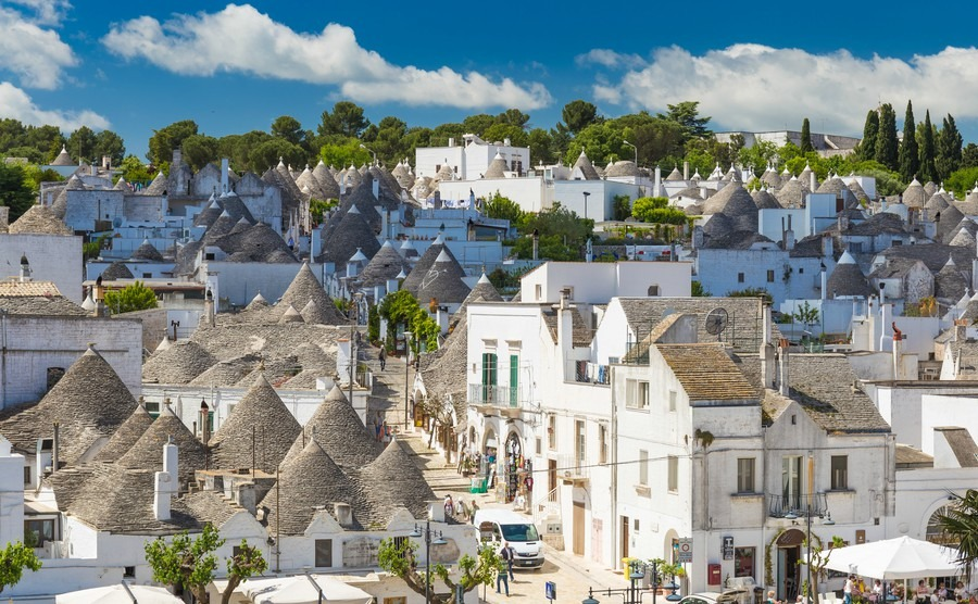 generic-view-of-alberobello-with-trulli-roofs-and-terraces-apulia-region-southern-italy