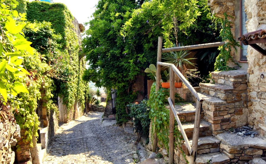 historic-alleys-of-bussana-vecchia-liguria-italy-abandoned-and-renovated-village-of-artists
