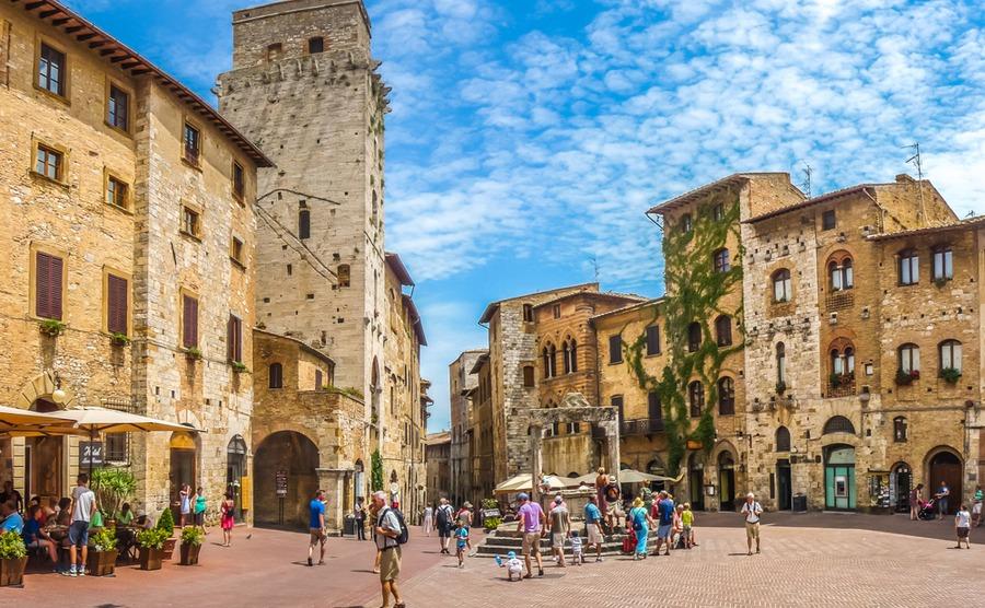 Piazza della Cisterna. canadastock / Shutterstock.com