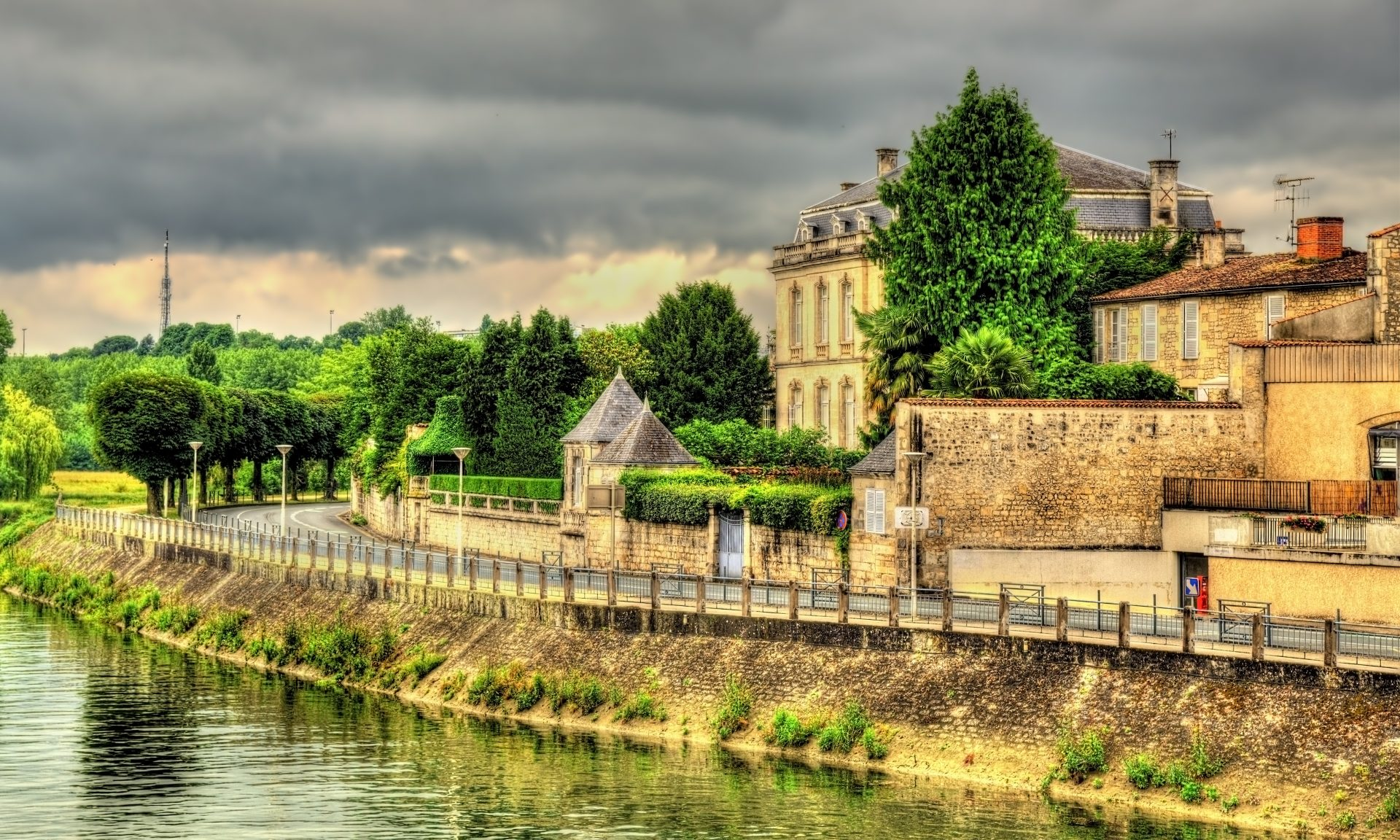 The embankment of the river Charente in Saintes