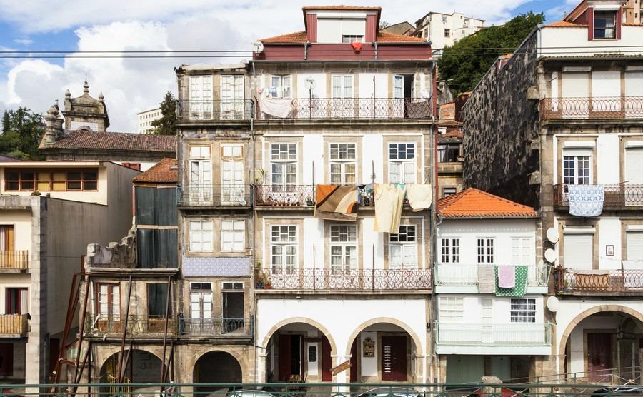 decrepit-facades-in-porto-portugal