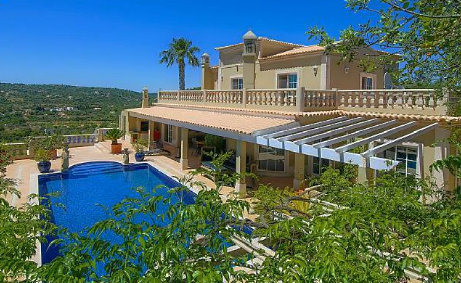 Six-bedroom villa in Loulé with stunning views. Click on the image to view the property.