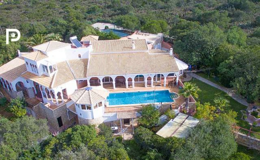 Four-bedroom villa in a Moorish style in Loulé. Click on the image to view the property.