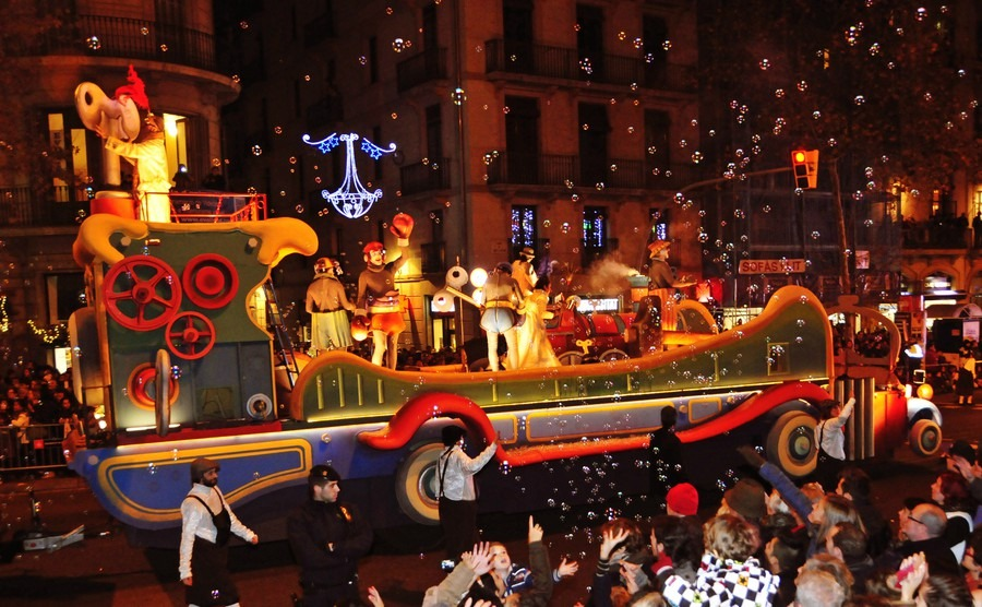 barcelona-spain-january-5-the-cavalcade-of-magi-on-january-5-2015-in-barcelona-spain-the-magi-and-their-servants-parade-in-floats-by-the-main-streets-of-the-city