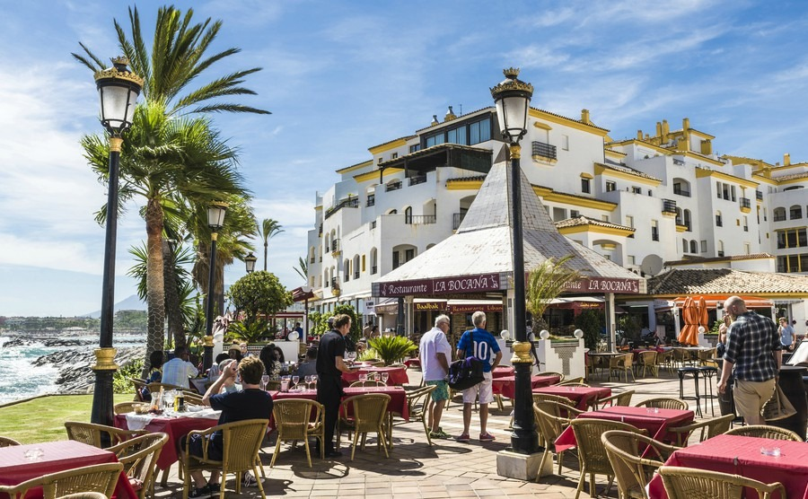 bar-with-customers-where-you-can-drink-watching-the-sea-in-puerto-banus-marbella-spain