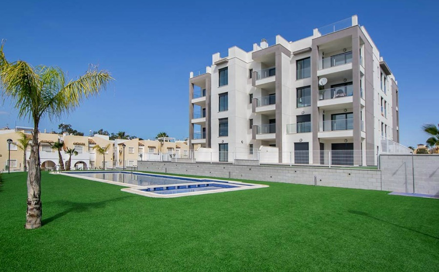 This stunning two-bedroom apartment with a solarium in Villamartín ticks all the boxes. It's just off the Campo de Golf Villamartín course, has access to a communal swimming pool and extensive gardens.