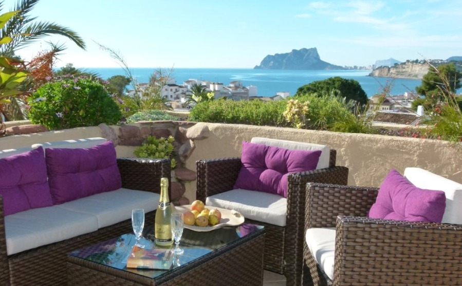This luxurious,five bedroom villa offers panoramic views out to sea. Click on the image to view this property on the north Costa Blanca.