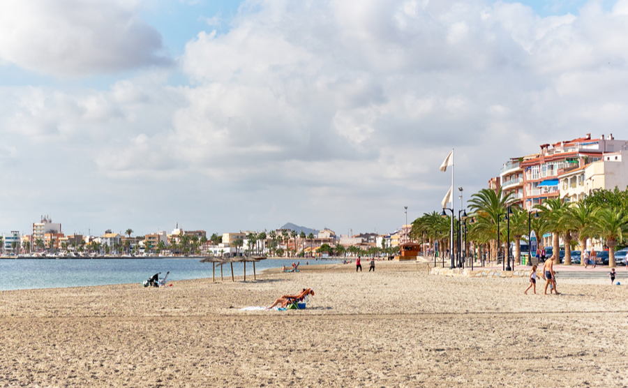 The beach of San Pedro in November. Alex Tihonovs / Shutterstock.com