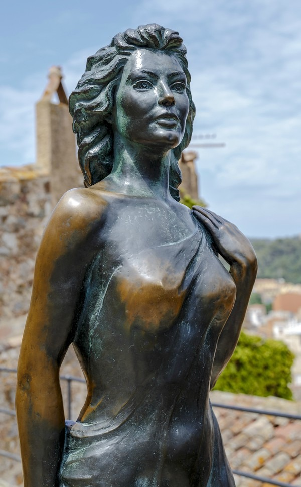 tossa-de-mar-spain-may-31-2015-bonze-statue-of-american-actress-ava-gardner-in-the-spanish-town-of-tossa-de-mar