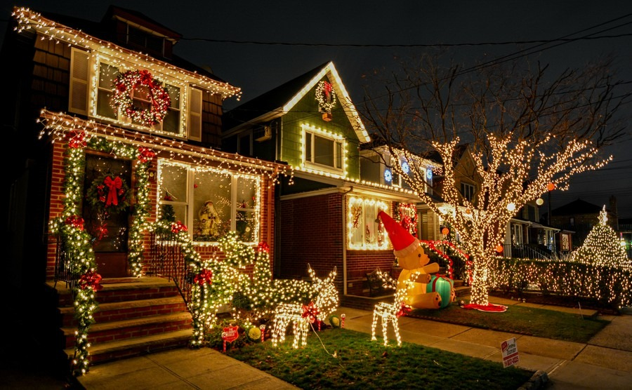 new-york-brooklyn-december-29-2015-christmas-decoration-of-a-house-in-dykers-height-new-york-city