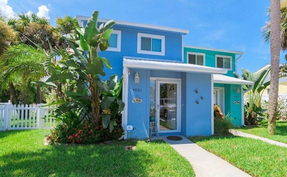 Move to Central Florida: this two-bedroom townhouse could be yours for just $265,000.